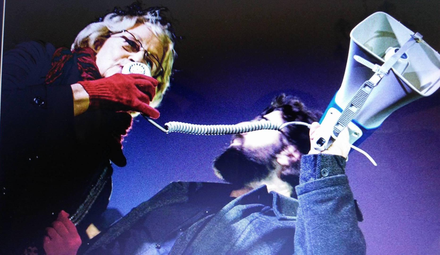 Irina Subotić sa megafonom na protestu zbog odugovlačenja rekonstrukcije MSU. foto: DeMaterijalizacija umetnosti
