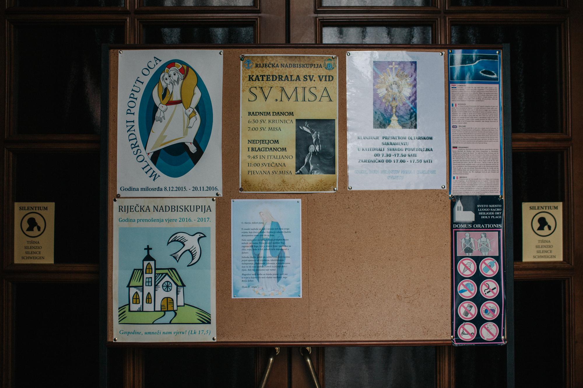 Intervencija na oglasnim pločama katoličkih crkava koja simulira feminističku molitvu gospi, izvedena je 12.11.2016. na sedam lokacija u Rijeci. Fotografija prikazuje intervenciju u Katedrali Svetog Vida, koja je uklonjena već slijedećeg dana. Foto: Tanja Kanazir, 2016.