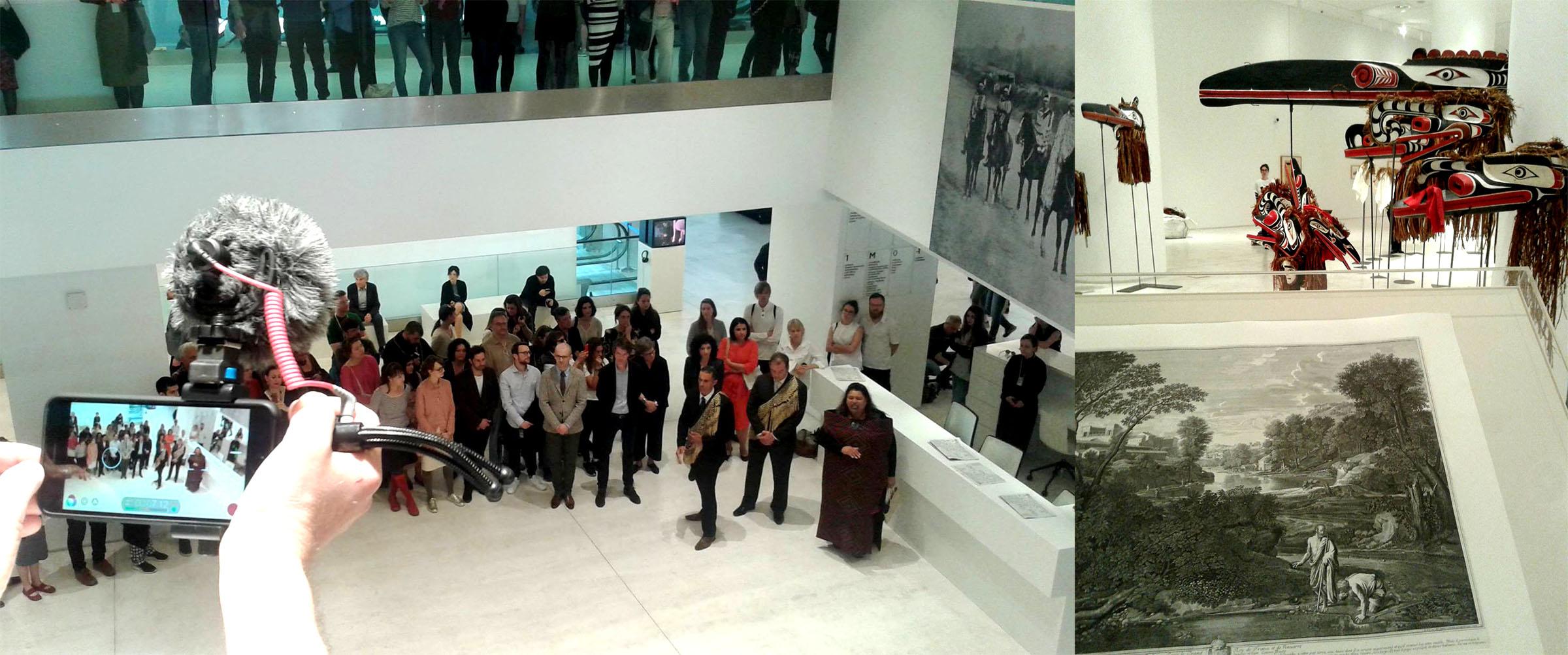 """Levo: Ceremonija otvaranja Dokumente 14 u Nacionalnom muzeju za savremenu umetnosti u Atini – direktor izložbe Adam Šimčik stoji sa kanadskim indijancima, učesnicima Dokumente 14, u trenutku izvođenja ritualne pesme u čast preminulog poglavice Bou Dika. Desno: Pusenova grafika (Nicolas Poussin), """"Pejzaž sa Diogenom"""" iz 1647. godine, postavljena nasuprot Dikovih maski namenjenih ritualnom spaljivanju (potlač). Ovakvom postavkom, Šimčik koji je ujedno istaknuti eksponent umetničkog tržišta, kao da pokušava naglasiti ideju o nemogućnosti zaobilaska art-marketa koji uspeva komodifikovati i one predmete čija primarna funkcija nije bila da egzistiraju kao umetnički objekti. Foto: DeMaterijalizacija umetnosti, 2017."""