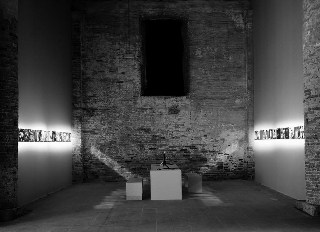 """Rad Zorana Naskovskog """"War Frames"""", instalacija, Internet projekat: http://www.warframes.com, printovi, dimenzije promenljive, rad je izložen u Arsenale, Bijenale u Veneciji, 2007. godine, rad je nastao 1999 – 2007. """"War Frames"""" je internet projekat koji TV program izmešta u polje interneta i koji ironiju i deadpan humor koristi kao strategiju za obostranu kritiku. Na izložbi u Veneciji, u Arsenalima predstavljen je u okviru instalacije sa dva kompjutera i monitora, kao i sa dva niza ključnih frejmova. U govoru ispred srpskog paviljona na otvaranju izložbe Mrđana Bajića, srpski predsednik Boris Tadić nije spomenuo da u internacionalnoj selekciji na Bijenalu učestvuje i umetnik iz Srbije. Taj trend se kasnije nastavio u većini medijskih izveštaja u Srbiji kao i u """"stručnoj"""" literaturi. Fotografija: Wolfgang Thaler, komentar: Zoran Naskovski."""