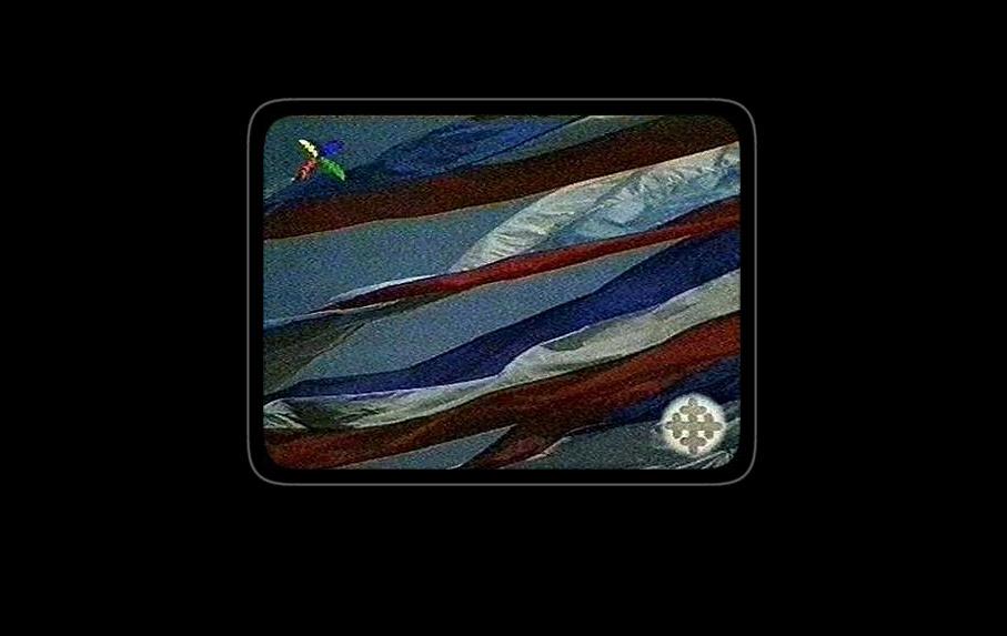 """Screenshot """"!zastave"""" iz rada Zorana Naskovskog """"War Frames"""", instalacija, Internet projekat: http://www.warframes.com, printovi, dimenzije promenljive, 1999-2007, u kojem je TV program, sniman u vanrednim okolnostima, korišten kao ready-made. TV grafika u kombinaciji sa slikom koja se emituje stvara dodatno značenje, a ovaj video still i danas govori o realnosti na isti način kao i u vreme kada je sniman. Komentar: Zoran Naskovski"""
