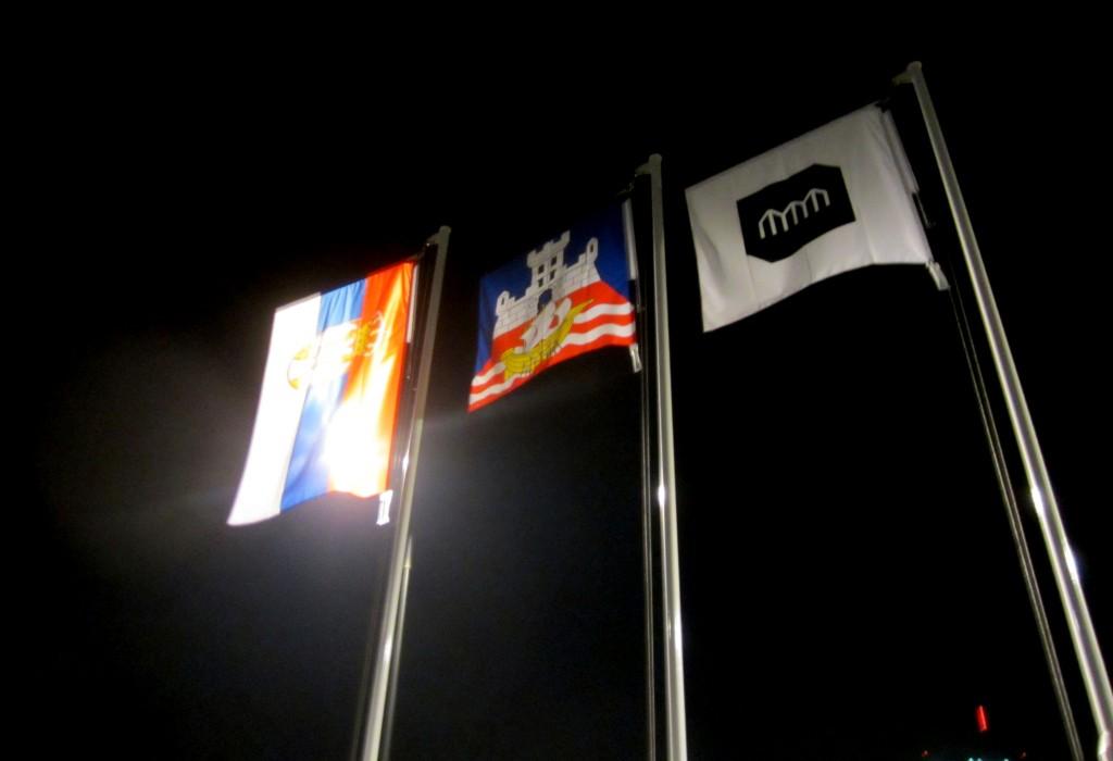 Zastave državnih aprata se vijore ispred MSUB na dan otvaranja, sa desna na levo: republička, gradska i zastava MSUB, 20. oktobar 2017. Foto: DeMaterijalizacija umetnosti, 2017.