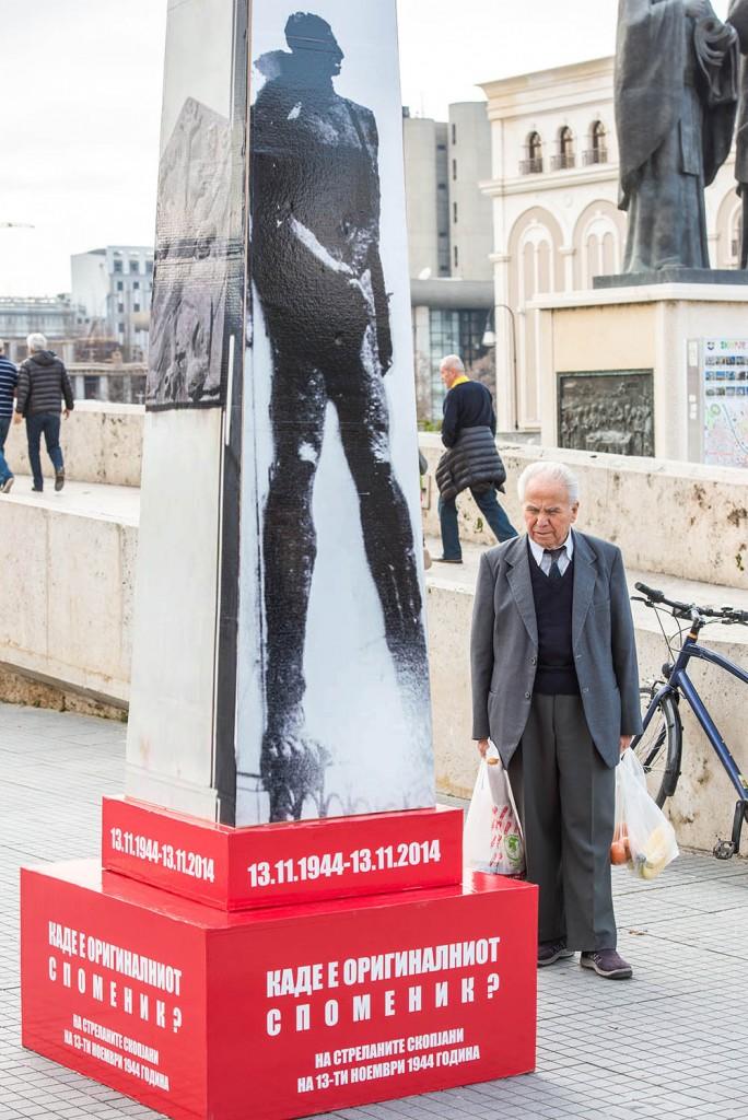 Postavljenje improviziranog kartonskog spomenika, Foto: Vanco Džambaski