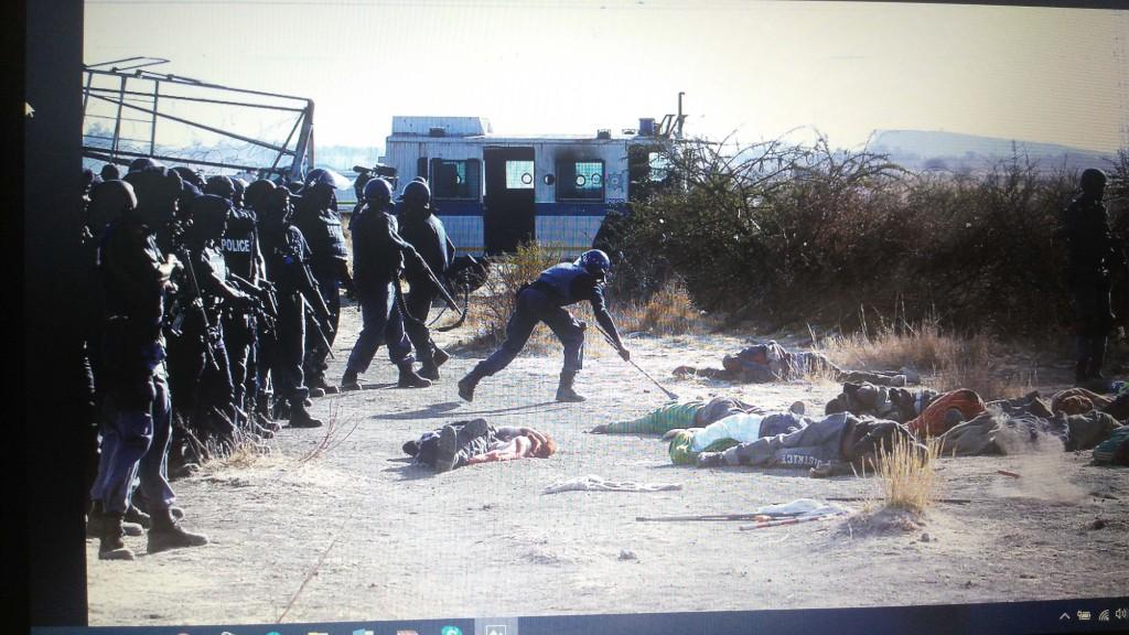 """Masakr štrajkača u rudniku """"Marikana"""" od strane specijalnih jedinica policije Juznoafričke Republike  2012. godine. Foto: DeMaterijalizacija umetnosti, 2018."""