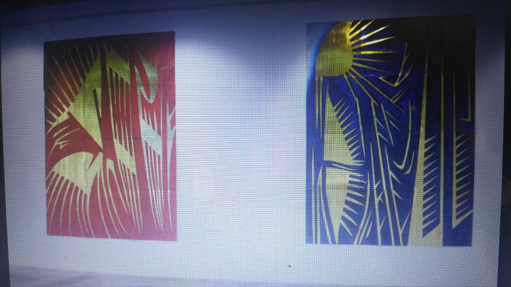 """Pogled na izložbu """"EKFRAZE - Razumeti konačne stvari i posetiti tajna mesta"""", Galerija savremene umetnosti, Smederevo, jun 2017. na izložbi su predstavljene slike koje prikazuju vizantijske vizuelne konvencije prikazivanja svetlosti uvećano (u konkretnom slučaju na ikonama). Ovakva tipična postmodernistička umetnost je vodeća struja umetnosti u Srbiji. Foto: DeMaterijalizacija umetnosti, 2018."""