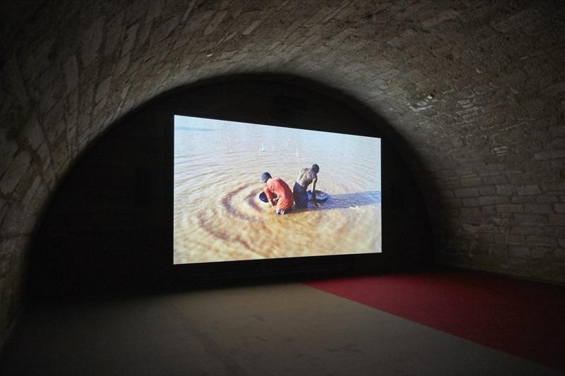 """Video-instalacija """"Srećno"""" Bena Rasela, Dokumenta 14, Kasel, 2017. Foto: DeMaterijalizacija umetnosti, 2017."""