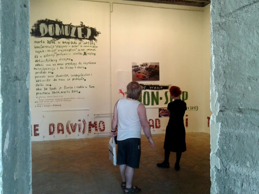 """Na izložbi """"Napačke: Udomiti kritiku"""" izložen je projekat """"Domuzej"""" grupe Škart koji je podrazumevao četvorodnevnu """"okupaciju"""" Legata Zorić i Čolaković, jednog od par dedinjskih prostora MSUB-a, a realizovana je u sklopu konferencije posvećene dizajnu """"Dizajner-autor ili univerzalni vojnik"""", 2012. Nešto što bi zapravo trebalo biti sasvim prirodno - da se umetnicima i širim društvenim grupama ponude brojni prostori Muzeja za rad i upotrebu, te sam Muzej odozdo dekonstruiše, ovde je izloženo kao projekat samog Muzeja, ready made proizvod-aktivnost koja zapravo legitimiše ali istovremeno i razotkriva konzervativni status ove institucije. Foto: DeMaterijalizacija umetnosti, 2016."""