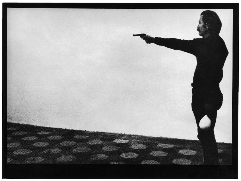 """Ilija Šoškić, """"Maksimalna energija - miminalno vreme"""", performans na izložbi-projektu """"Mlijeko i svila"""", Galerija L'Attico, Rim, januar 1975. Foto: Lionello Fabri, ljubaznošću Fabio Sargentini, 1975."""