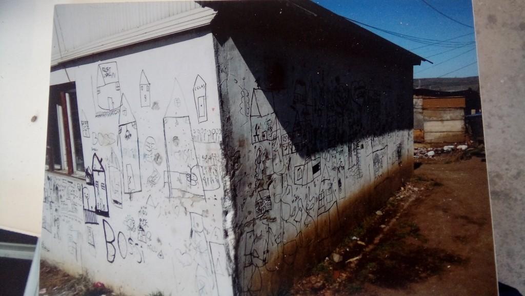 Slika 2b. Rad dana Peržovskog sa romskom decom na deponiji Pata Rata, Bijenale u Temišvaru. Foto: Nebojša Milikić, 2019.