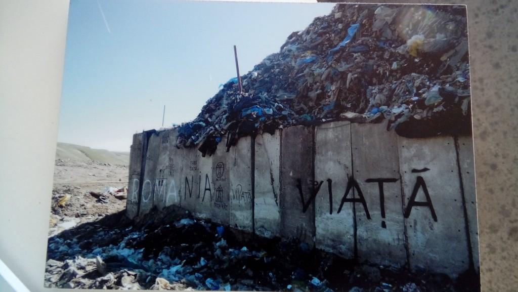 Slika 2b. Deo izložene dokumentacije o deponiji Pata Rata, fotografija sa Bijenala Art Encounters u Temišvaru. Foto: Nebojša Milikić, 2017.