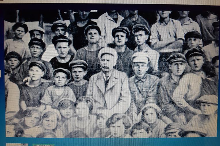 Slika 1. Maksim Gorki i Anton Makarenko sa grupom vaspitanika i vaspitanica doma za napuštenu decu. Građanski rat nakon revolucije u Rusiji ostavio je desetine hiljada dece bez roditeljskog staranja. Sovjetski obrazovni sistem je pokušavao planski da integriše ovu decu u društvo pri čemu su metode Antona Makarenka bil jedne od najinovativnijih i najzapaženijih, do danas i hvaljenih i kritikovanih.  Foto: DeMaterijalizacija umetnosti, 2019.